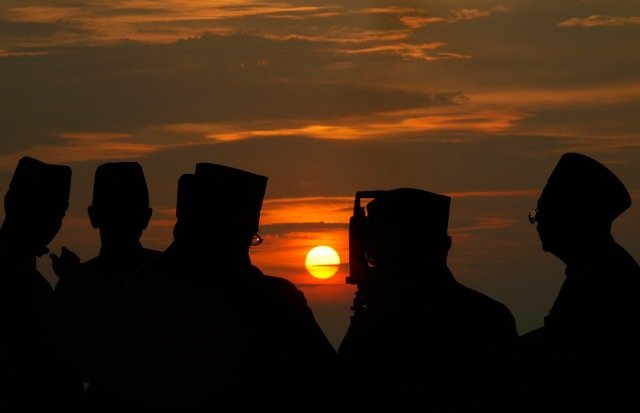 """Officers of Malaysia's Islamic authority use a telescope to perform """"rukyah"""", the sighting of the new moon of Ramadan, in Teluk Kemang, south of Kuala Lumpur, Malaysia on August 20, 2009."""