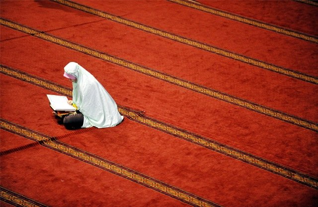 A Muslim woman prays at the Istiqlal mosque on the first day of the holy fasting month of Ramadan in Jakarta on August 22, 2009 or Ramadan 1, 1430 in the Hijriah lunar calendar.