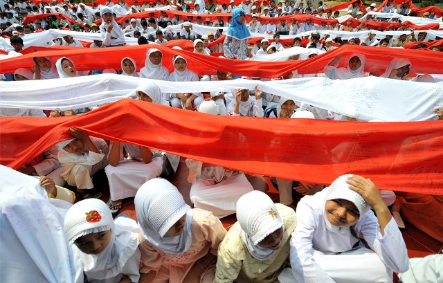 """Indonesian Muslim children parade during a ceremony called """"Prayer for the Country"""" to welcome the holy fasting month of Ramadan in Jakarta, Indonesia on August 21, 2009."""