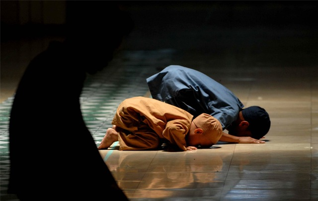 Muslim children pray at a mosque during the month of Ramadan in Manila, in the Philippines on August 23, 2009.